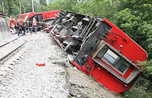 瑞士旅游列车脱轨1人死亡42人受伤