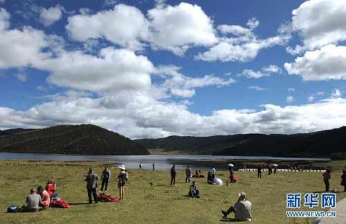 9月28日,游客在普达措国家公园的属都湖边休憩.新华社记者秦晴摄-