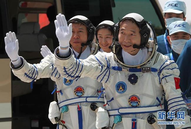 神九航天员训练着宇航服亮相