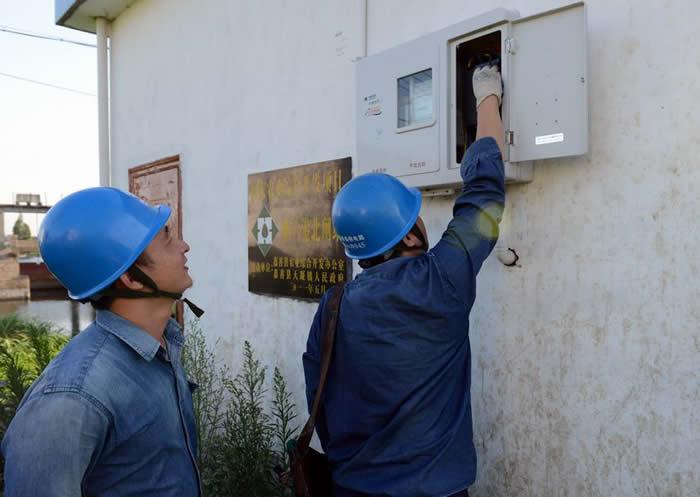 干窑供电所抢修队员在天凝镇顺六港北闸站排涝站检查电力线路