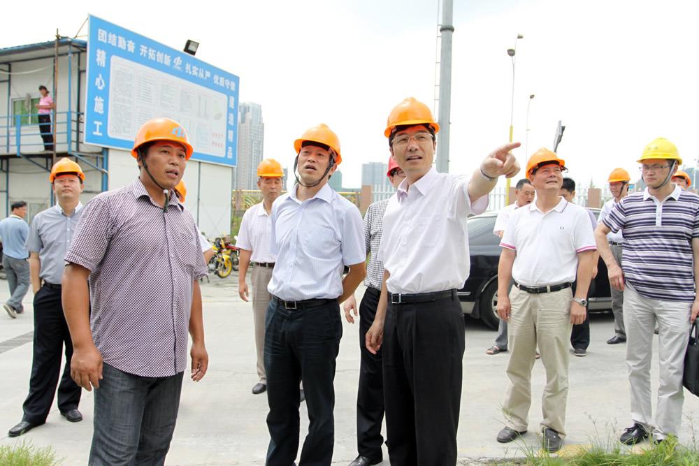 县委书记姚高员在建筑工地巡查