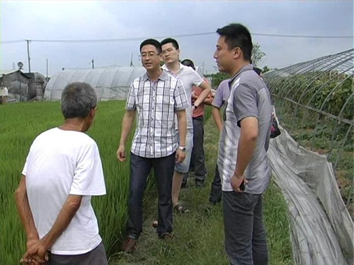 罗星街道工作人员在亭桥村动员居住在田间简易房的老人转移到安全地方