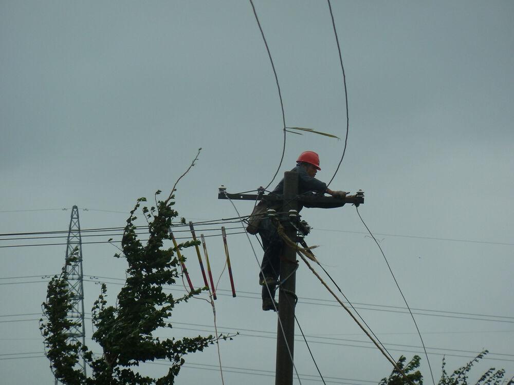 干窑供电营业所员工冒风雨抢修断线